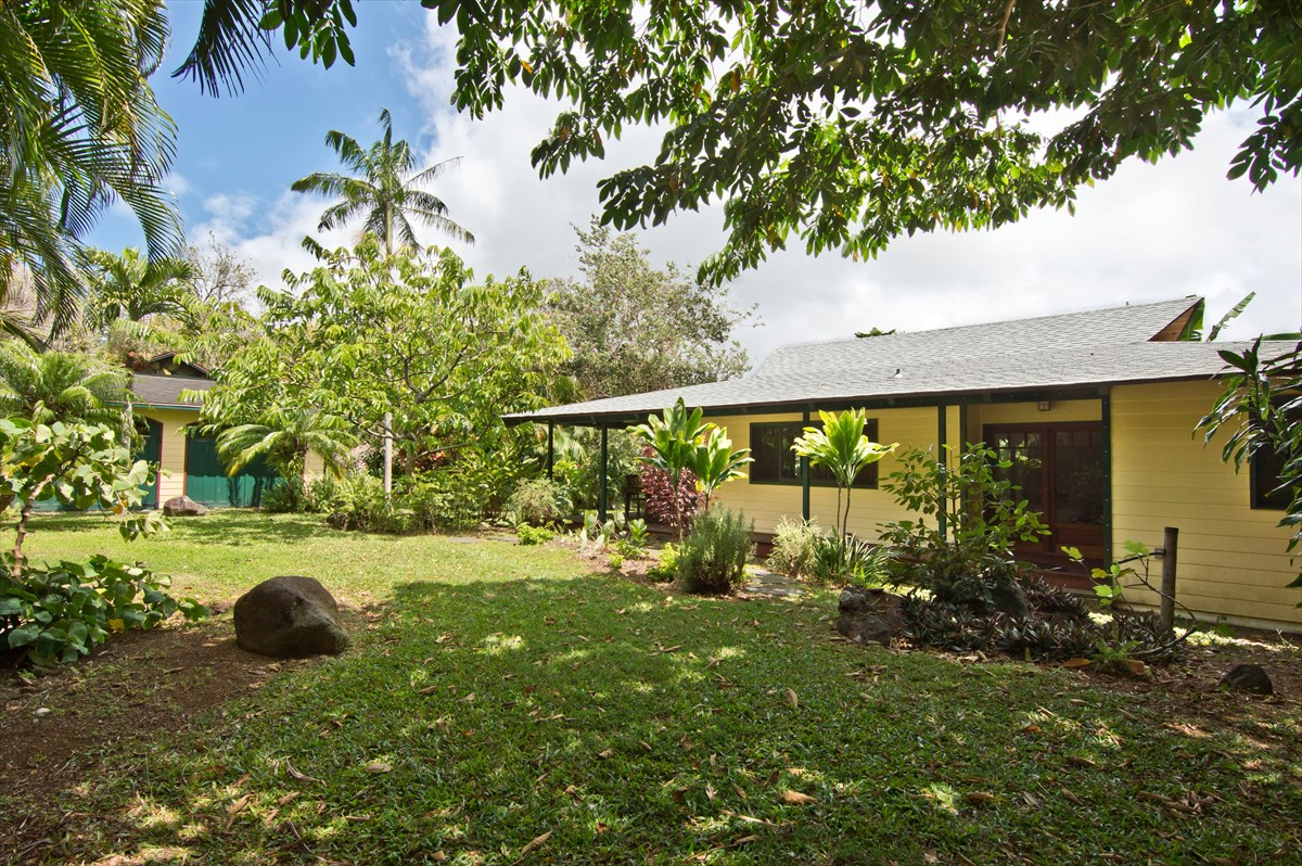 3 beds, 2 1/2 bath Single Family Home on Hawi Hill Road